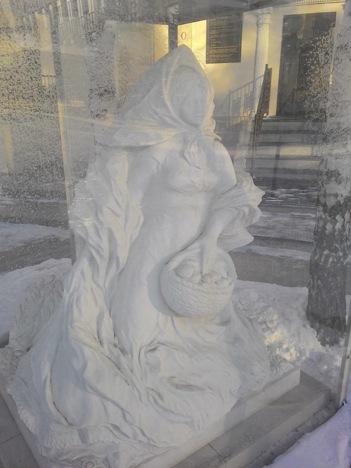 Статуи вблизи Храма Покрова Божьей Матери